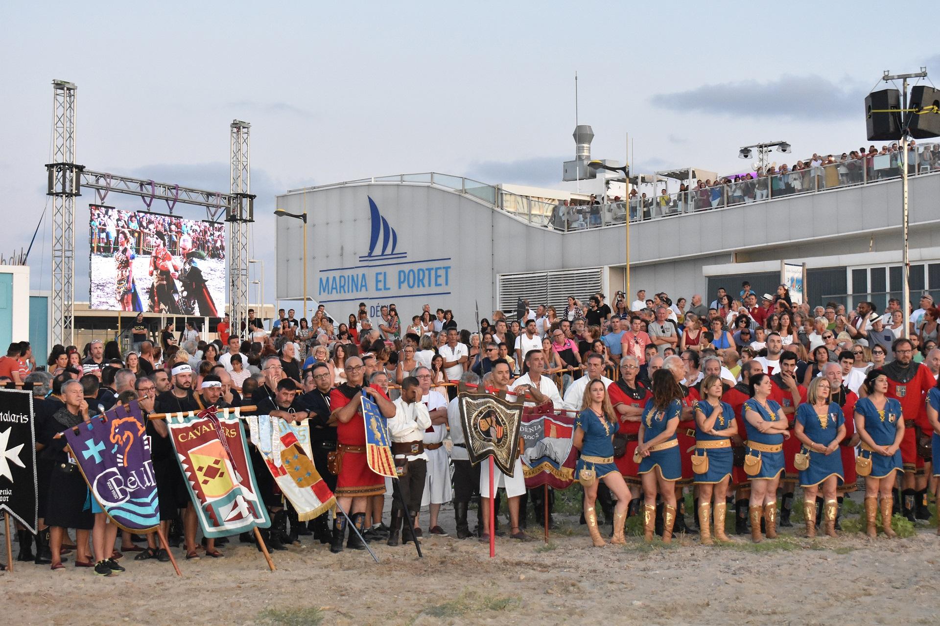 Los Moros y Cristianos desembarcan en Marina El Portet